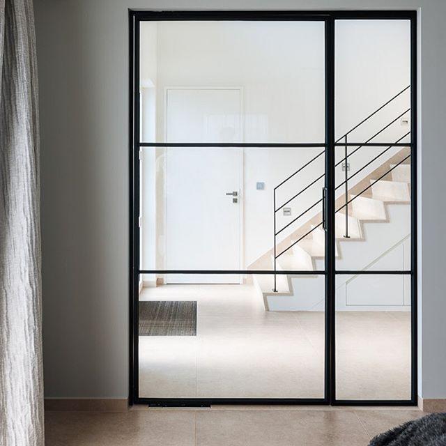 Design: #verversvanimpe #interieurarchitecten - uitvoering @bouwsmederij_loots - #deur #door #trap #stairs #trapleuning #bannisters #staal #steel #natural #stone #natuursteen