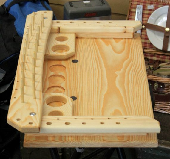 Voler attachant Station  La mouche qui correspond à la station est à la main, fabriquée à partir de pin massif dans l'Idaho rural. Le vendeur est le crafter. Il est léger, mais résistant et peut être utilisé comme une portable station liant mouche.  La station de mesure environ 24 pouces par 14 pouces totales avec une liant une surface d'environ 12 x 22. En-dessous, il est livré avec quatre pieds en caoutchouc pour protéger le dessus de table.  Il a 23 broches pour les fils et fils ainsi que…