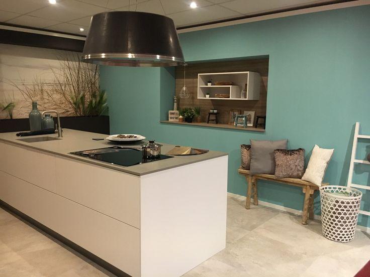 Met accessoires wordt een keuken sfeervoller. De kleur op de muur maakt het al gezellig.