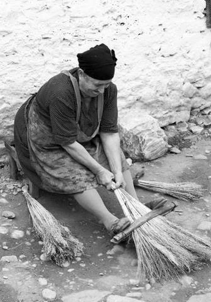 Φτιάξιμο σκούπας στο Ομόλιο Λάρισας.1973 φωτ.Τάκης Τλούπας