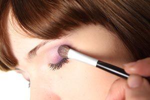 ***¿Cómo maquillarse según el color de cabello?*** Al maquillarse es necesario tener en cuenta nuestra piel y cabello. Dependiendo de esas tonalidades encontraremos el maquillaje ideal para nuestro rostro.....SIGUE LEYENDO EN.... http://comohacerpara.com/maquillarse-segun-el-color-de-cabello_1321b.html