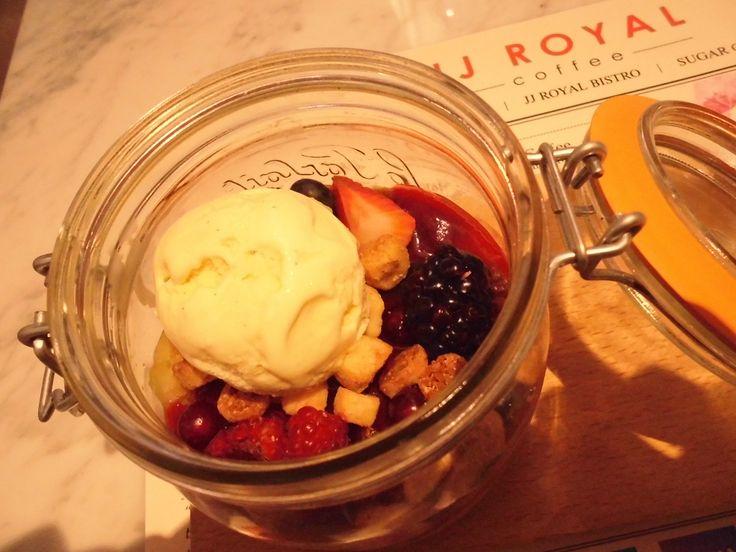 Berry Berry Good Sundae #strawberry #blueberry #blackberry #raspberry #cranberry #chocolatepudding #almondcrumble #vanillaicecream