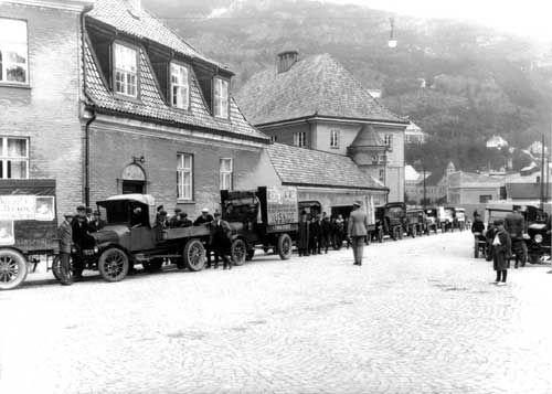 Mange lastebiler utenfor Nygård Skole ca. 1925. Fotografi skapt av Atelier KK Oppdragsgiver: Automobil companiet av 1923  Laget mellom 1925-01-01 og 1925-12-31