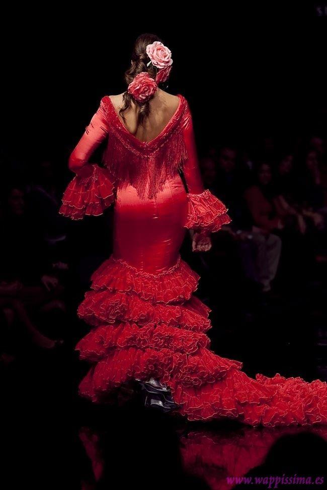 Das Flamencokleid zeigt kein Bein, nur wenn die Tänzerin die Rüschen hebt. Und das macht sie immer sehr kokett.