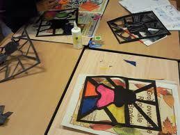 Nodig:  -zwart papier  -schaar  -vloeipapier/vliegerpapier   Teken op het zwarte papier het hoofd van Zwarte Piet met daarop een pietenmu...