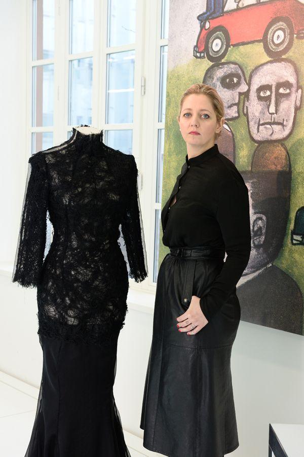 Lo stile dark della fashion designer Heidi Paula Langvad per Pirelli. La designer dark reinterpreta la ruota in un vestito.http://www.sfilate.it/227134/bilancio-pirelli-2013-non-dimentica-nemmeno-cucina-moda-design