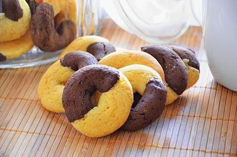 La ricetta dei biscotti abbracci è davvero squisita. Gli abbracci sono dei deliziosi biscotti da colazione dal goloso bigusto di panna e cacao. Per l'impasto alla panna : 125 gr. di farina 00 50 gr. di burro 30 gr. di uovo 60 gr. di zucchero 50 ml. di panna fresca 4 gr. di lievito Per l'impasto al cacao : 125 gr. di farina 00 50 gr. di burro 30 gr. di uovo 60 gr. di zucchero 4 gr. di lievito 30 gr. di cacao amaro 50 gr. di latte