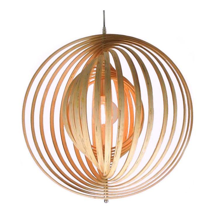 De Ring houten hanglamp is een typisch voorbeeld van Scandinavisch design. Minimalistisch, en ook een tikkeltje retro. De ringen zijn gemaakt van Multiplex.