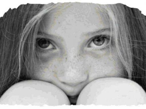 Di Ramona Mondì Spose-bambine Stop ai matrimoni precoci. Libertà ai sogni.  Giochi di bambole, diari segreti, sogni di favole. E' il mondo delle bambine pre adolescenti, età che va dai 9 ai 15 anni, per intenderci. Quel mondo in cui altro non si può che lasciarle sognare. Spezzare le ali e la magia dell'infanzia DEVE essere considerato un REATO. E pensare che una ragazza su nove, nei Paesi in via di sviluppo, all'età di 15 anni è già sposata. Bum. Vita distrutta. Soprattutto se il compagno…
