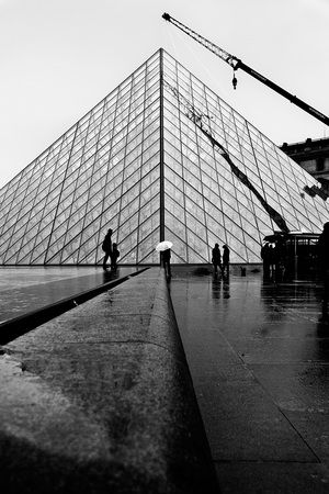 Reisfotografie zwart-wit hijskraan Louvre Parijs. Foto door Marijke Krekels fotografie