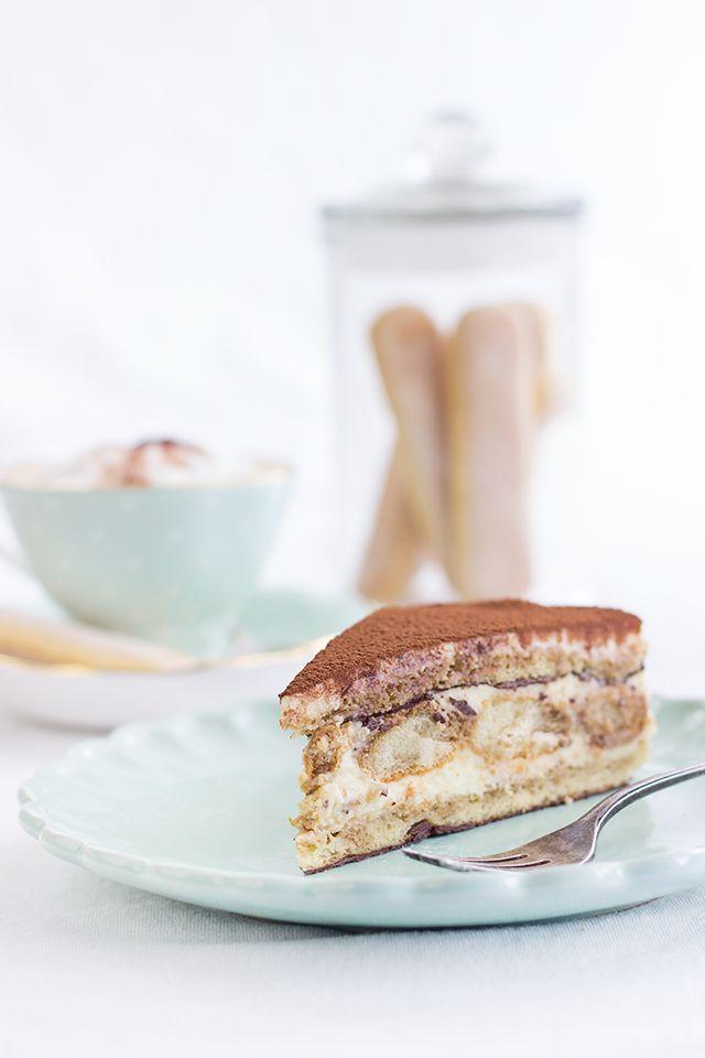 Festlich und passend für jede Gelegenheit: Tiramisutorte. Biskuit mit Schokolade bestrichen und geschichtet mit einer Mascarponecreme und Löffelbiskuits.
