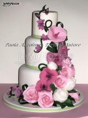 http://www.lemienozze.it/gallerie/torte-nuziali-foto/img18071.html Torta nuziale bianca con applicazioni di rose rosa e viola