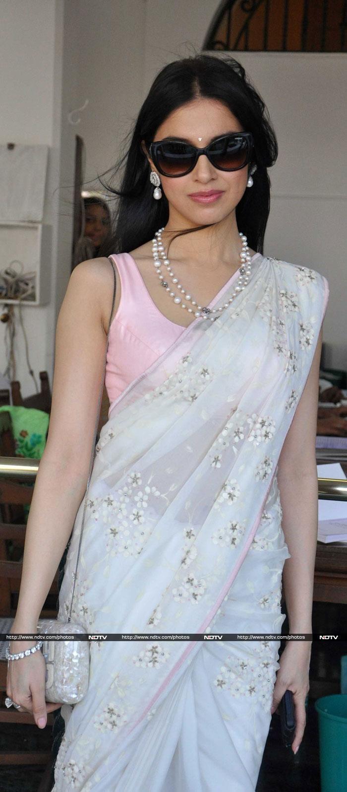 Jan, 14: Actor & Director Divya Khosla Kumar in SHEHLAA by Shehla Khan https://www.facebook.com/pages/Shehlaa-by-Shehla-Khan/273135559448280 Saree teamed with pearl & diamond Jewelry from http://www.AnmolJewellers.in/