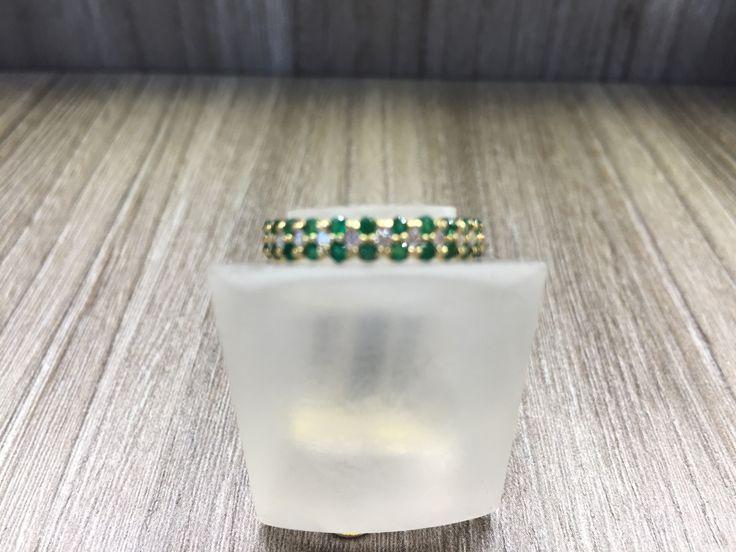 Anillo en oro amarillo de 18 K con esmeraldas y diamantes.