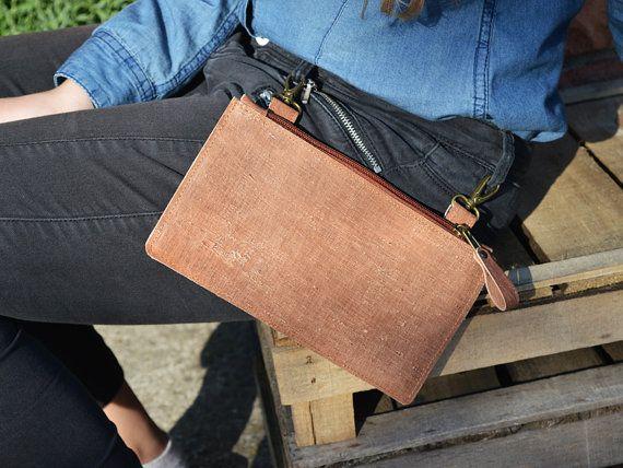 Bolsa de la correa de cuero genuino moto  Bolsas de cinturón de cuero marrón rústico para hombres y mujeres por igual. Es un caso de teléfono de estilo occidental de país. Bolsa de clip de cinturón conveniente. Tal vez teléfono, dinero en efectivo, tarjeta de crédito... Sólo llaveros pone el cinturón de los pantalones y mosquetón para colocar los originales.  Detalles: -material externo: rústico - cuero marrón óxido -material de interior: beige de algodón -cremallera -Mosquetón dos…