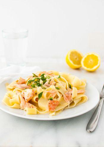 【材料】(4人分) 鮭の切り身 450g パッパルデッレパスタ 250g ニンニク 1片(みじん切り) オリーブオイル 大さじ1 レモン汁 大さじ4 野菜ブイヨン 1カップ 塩コショウ 適量 生クリーム 1/4カップ パルメザンチーズ 1/2カップ すりおろしたレモンの皮 1個分  【手順】 1,オーブンを350度に予熱しておきます。ベーキングシートにサーモンの切り身を並べて塩コショウで味付けし、15〜20分間オーブンでローストします。 2.大きめの鍋に水を沸騰させパスタを茹でます。 3.鍋にオリーブオイルを入れて、弱火〜中火で油を熱し約30〜60秒ニンニクを炒め香りを出します。そこへレモン汁とブイヨンを入れて弱火で加熱。さらに生クリームを追加して泡立てるように混ぜ、約3分沸騰しないように加熱し塩で味を調整します。 4.3にパスタを加え混ぜます。最後に、ローストした鮭を入れてほどよく解けて混ざれば完成です。