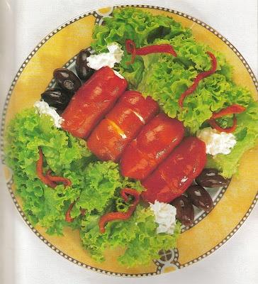 Η εποχή της πιπεριάς και στις λαϊκές αγορές θα βρείτε άφθονες από τις αγαπημένες μου! Πράσινες, κόκκινες, κίτρινες, συνθέτουν ένα πολύχρωμο πιάτο και μας εφοδιάζουν με τις βιταμίνες τους. Εδώ, σε μια εκδοχή μεζέ...