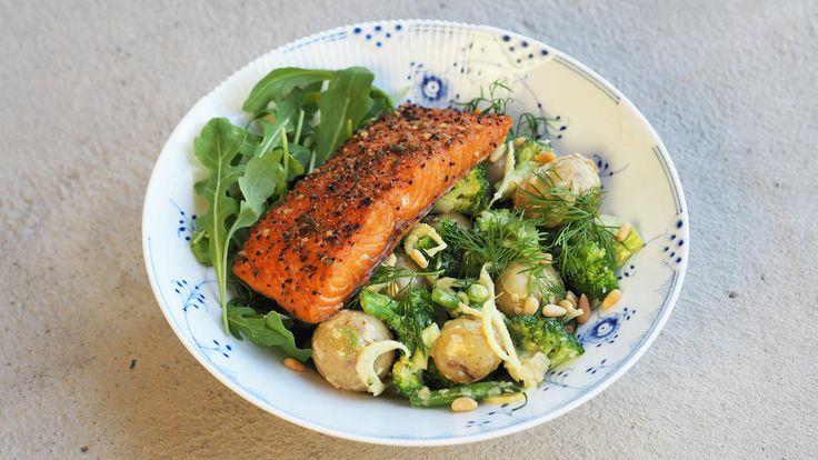 Denne friske, grønne potetsalaten med varmrøkt laks er et perfekt lett sensommermåltid. Du kan også bruke vanlig stekt laks, eller røkelaks om du vil. Potetsalaten er dessuten veldig god til grillmat.