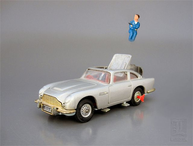 JAMES BOND 007 ASTON MARTIN DB5 No. 270 with EJECTOR SEAT die cast by Corgi Toys