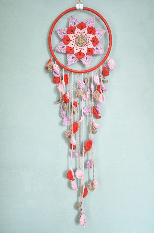 Isnt this fantastic?   Dreamcatcher found over at the German blog barbara wilder.   No pattern or tutorial but a skilled hooker could perhaps figure this out. I think all you would need is a Mandala pattern inside of a hoop. Search Mandala patterns in my blogs search function or click here > http://ift.tt/1WJfl5X