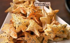 Recept voor heerlijke hartige kerstkoekjes (bladerdeeghapjes in kerstvormpjes) met kruiden en zaden, heel simpel te maken en snel klaar!
