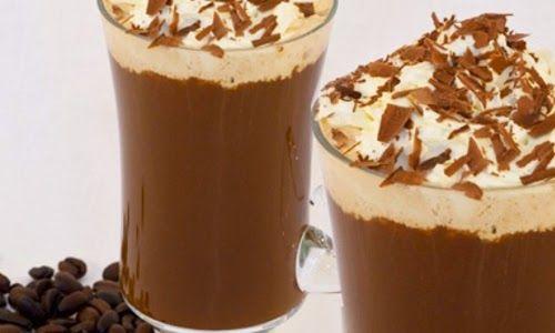 Café Gelado: Vamos experimentar?  Ingredientes: 1 bola de sorvete de creme ou baunilha 1 bola de sorvete de chocolate 1 colher (sopa) de café solúvel 1/2 copo de leite gelado 01 colher (sopa) de leite condensado Chantilly e raspas de chocolate para decorar 1 taça grande decorada com cober