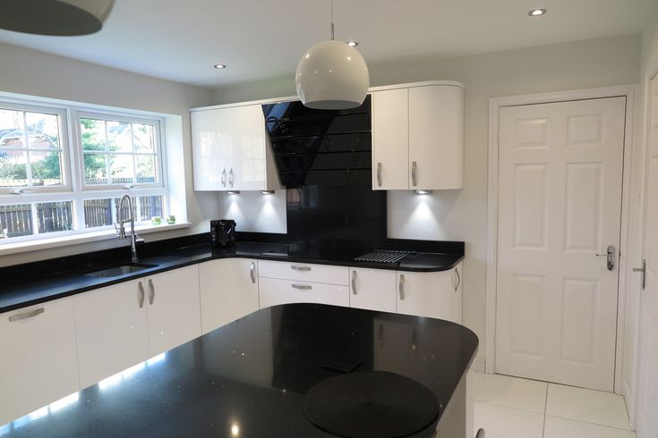 Signature porter white gloss and black quartz worktops for Black gloss kitchen ideas