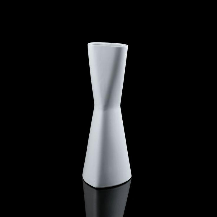 Vase Céramique Blanc Twist 40cm - VASE CERAMIQUE BLANC Vase en céramique blanc, twist hauteur 40cm. Vase esprit contemporain, très tendance et actuel. En céramique blanche, pour mettre en valeur vos bouquets, fleurs à la tige, feuillages. Existe en H:25cm Caractéristiques Techniques: ° Matière: céramique ° Dimensions: - Hauteur: 40.5cm - Largeur: 15cm - Profondeur: 15cm ° Couleur: blanc PROMO : 22,00€