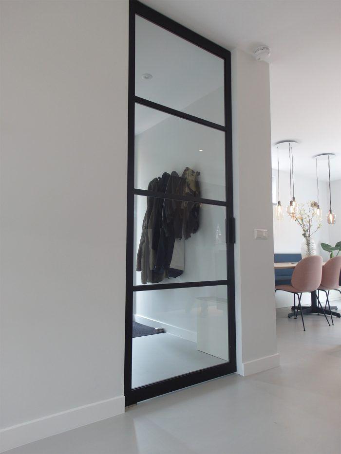 Gietvloer stalen deur interieur glas
