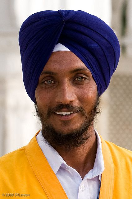 Portrait d'un des gardes du temple Sikh de Amritsar. Visiter l'Inde et le Penjab…