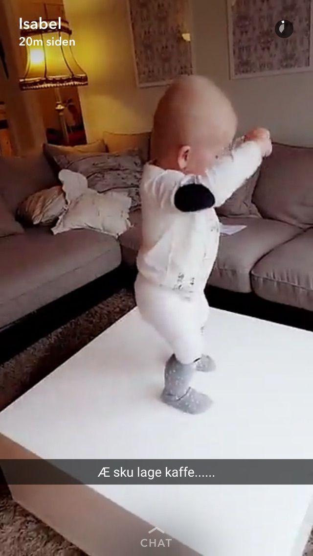 Dans dans dans oppå bordet - yngste barnebarn Kasper - flott å kunne delta i livet hans .