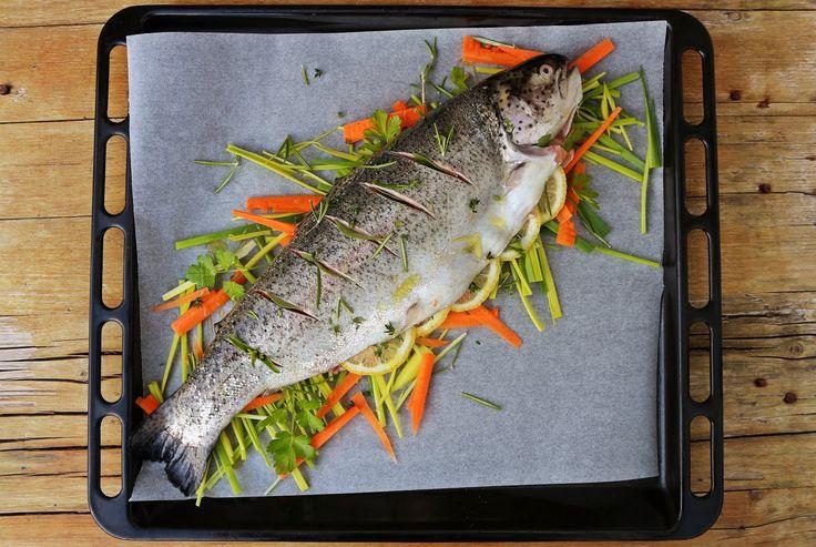 Truta salmonada em cama de legumes
