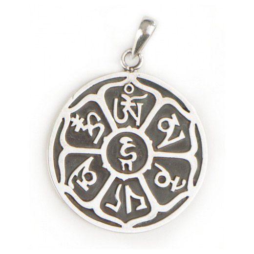 """925 sterling zilver. Om Mani Padme hum is een Sanskriet mantra, die zich vertaalt als de """"Parel in de Lotus"""". Deze mantra betuigt medeleven voor alle levende wezens. Het helpt ons om los te komen van de verwikkelingen van het dagelijkse leven. Ø31 mm."""