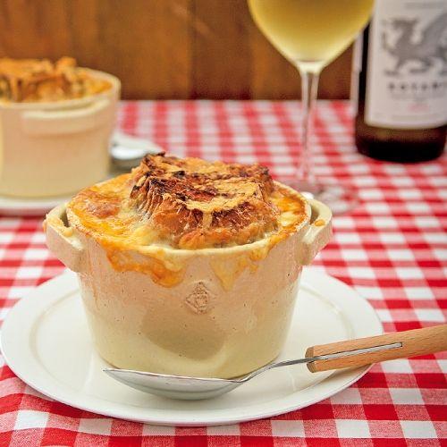 じっくり炒めた玉ねぎの甘さがおいしい、体の芯から温まる、あつあつのスープ。