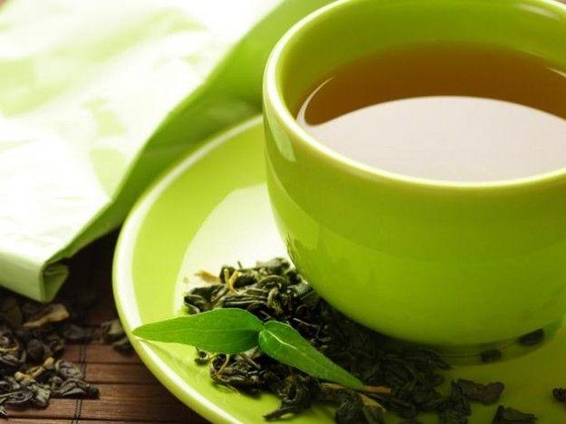 Ingredientes:  1 litro de agua 1 naranja 5 bolsas de té verde 20 hojas frescas de menta Método de preparación:  Lo primero que debes hacer es poner a hervir el té verde y deja los saquitos remojando durante un periodo de 5 minutos.  Posteriormente debes de lavar muy bien la naranja con agua fría y cortarla en rodajas.  En un frasco de video o en uno que tenga tapa, vierte el té, las rodajas de naranja y las hojas de menta.