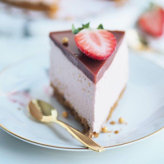 Pala silkinpehmeää mansikkajuustokakkua kiitos! Tämä kakku on muuten täysin maidoton ja vegaaninen. Uskoisitko? Lisäksi se on ihan taivaallista herkkua Ohje löytyy nyt blogista! Ihanaa päivää #anninuunissa