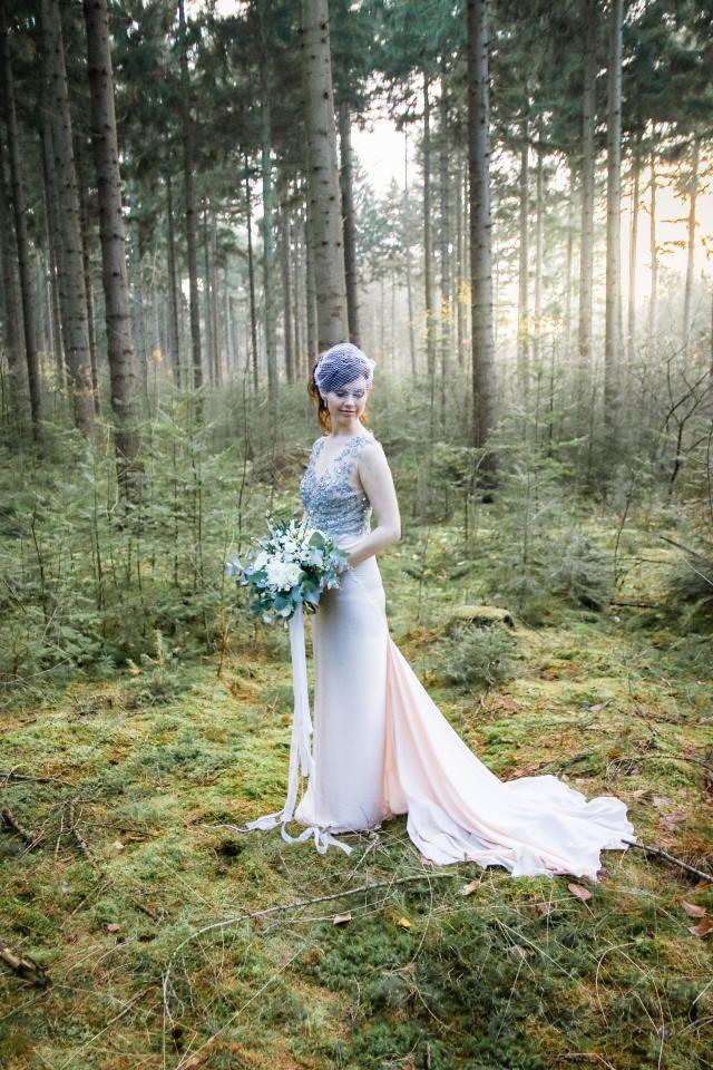 Bruid draagt een chique jurk met pasteltinten en strass steentjes