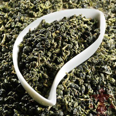 Der Dung Ting ist der beste Oolong-Tee der Insel Formosa. Er zeichnet sich durch ein grünes, kugeliges Blatt und eine angenehme, zart-blumige Jasmin-Note aus.