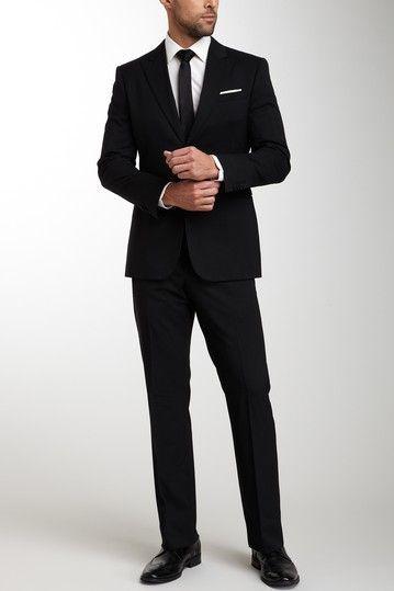 黒スーツのフォーマルな着こなし
