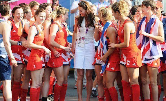 A web foi à loucura: O que Gasparzinho faz no joelho de Kate Middleton?