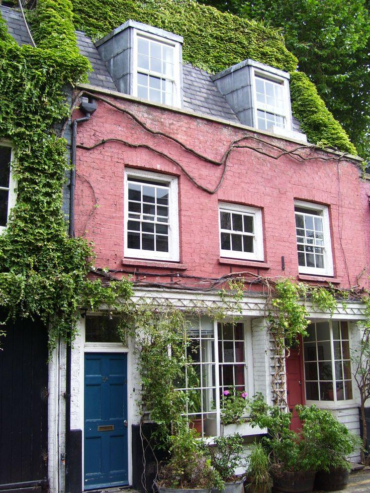 """Foto 4: """"Ausgerechnet in dem einzigen, rosafarbenen Haus wohnte Fran, was ihm anfänglich einiges an Spott verschafft hatte."""" Fran ist Joes Kollege, der spanische Koch mit langem Zopf."""