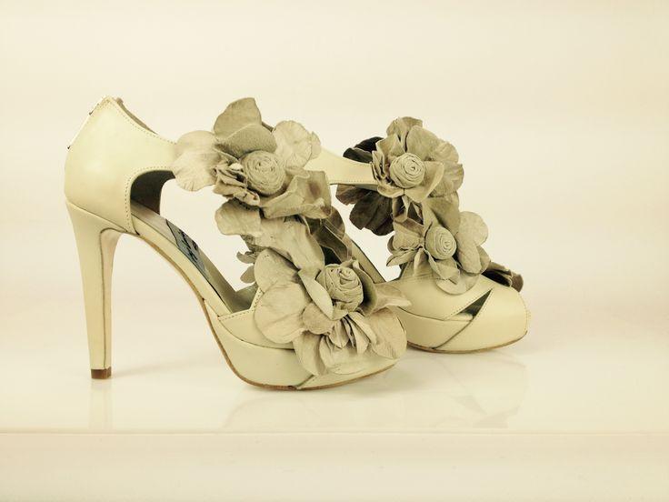 #zapatos #peeptoe llenos de #flores full of #flowers #shoes #peeptoes #platformpumps #tacones #heels #piel #leather #madeinspain #custommade #madetoorder #atugusto info@jorgelarranaga.com