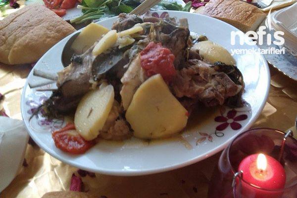 Koyun Etinden Buğulama 1 kg koyun eti kemikli 2 adet orta boy patates 2 adet orta boy soğan 2 adet sivri acı tatlı biber 2 adet orta boy domates 2 yemek kaşığı tereyağı 1 demet maydanoz doğranmadan kullanılıyor 2 bardak su tuz karabiber Koyun Etinden Buğulama Tarifi'nin Yapılışı Etler yıkanır, tuzlanır. Patates, domates, soğan halka şeklinde doğranarak tuzlanır, biberler uzunlamasına kesilir, malzemeleri iki hisseye bölerek tencereye sırayla koyulur. Etler, soğanlar, patatesler, biberler…