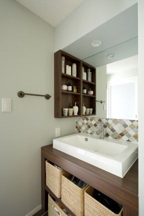3部屋ほしい、キッチンを明るく、動線はそのままに、廊下を短く、というご要望だったN様。動線をそのままにするためには、それぞれの部屋へアクセスする廊下に代わる場所が必要だったため、本を読んだり、廊下としての機能だけではないフリースペースを提案。また、洗面室と浴室の位置を逆にすることで便利な動線動線はそのままに、食品庫などの場所も確保した。