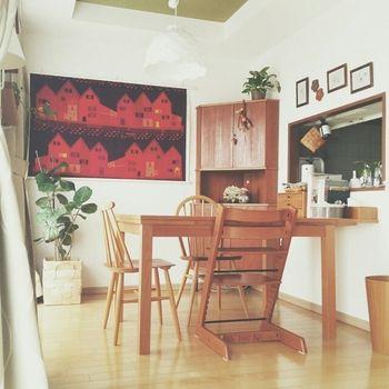 北欧インテリアはお子さんがいるご家庭にも◎ やわらかな雰囲気の木の家具をメインにコーディネートされています。 アクセントとなっている壁掛けがとっても素敵。