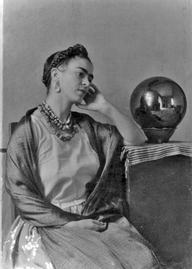 @PinFantasy - Frida Kahlo. ~~ For more:  - ✯ http://www.pinterest.com/PinFantasy/gente-~-frida-kahlo/