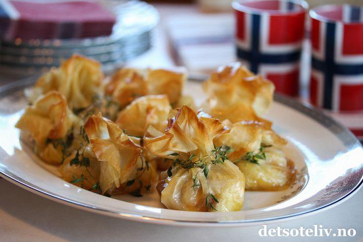 Sponset innlegg. Hei! Nå er det bare noen dager igjen til 17. mai! Her kommer et tips til lettvint fingermat eller smårett i tilfelle du skulle få gjester. Dette er små pakker laget av filodeig, som gjør at de blir sprø og deilige munnfuller. Jeg har fylt pakkene med den kjempegode ostenBrie de Paris og en skje mild mango chutney. Du kan like gjerne bruke for eksempelfikensyltetøy, aprikossyltetøy eller bringebærsyltetøy hvis du foretrekker det. Ved steking smelter osten, og det er så…