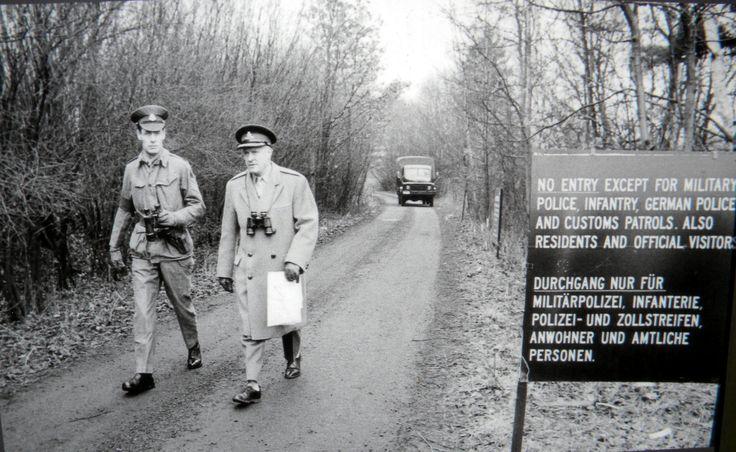 https://flic.kr/p/HVHMMf | Historische Bilder am Berliner Mauerradweg an der Falkenseer Chaussee 11-06-2016 - Britische Militärangehörige am…