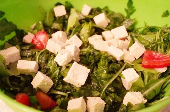 Această salată de rucola cu tofu este simplu de realizat şi uşor de înfulecat, plină de vitamine şi foarte răcoroasă. Poftă mare!