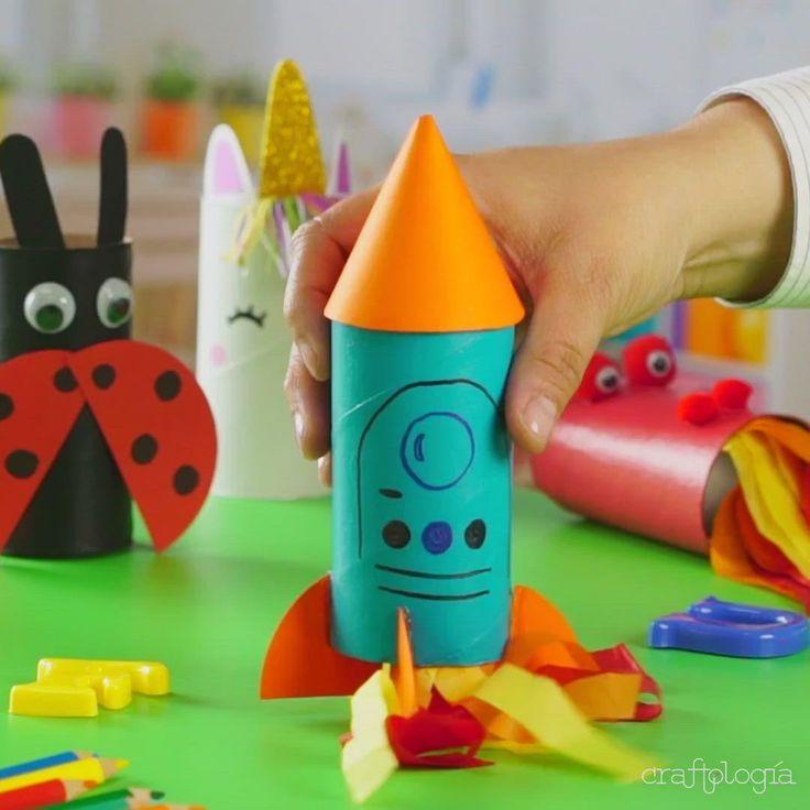 Enseñar a los niños cómo reciclar, se ha vuelto una tarea diaria en escuelas y en todo hogar. Por eso, qué mejor forma de aprender a reciclar, que empezando con creaciones divertidas, que los hagan echar a volar la imaginación. Por ejemplo, este cohete con tubos de cartón de papel de baño es una gran idea para que los niños se familiaricen con nuevos materiales, colores y hagan historias. Games For Kids, Diy For Kids, Activities For Kids, Crafts For Kids, Diy Crafts, Cardboard Tube Crafts, Diwali Craft, Pumpkin Crafts, Bottle Painting